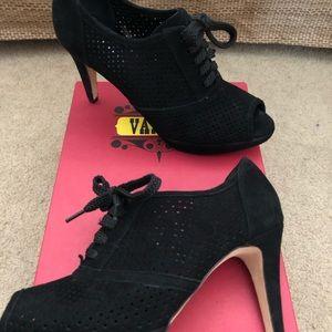 Vaneli Vartan  blk suede heeled shoe / pump